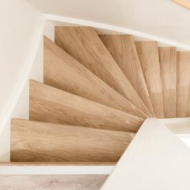 Gerenoveerde houten trap