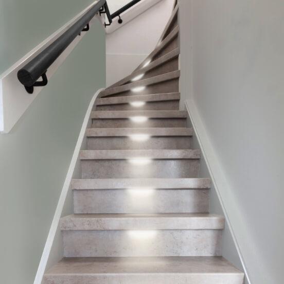 Gerenoveerde trap met betonlook en led verlichting